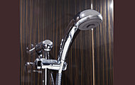 使う人や姿勢に合わせて、シャワーの高さと角度を自由に調節できるシャワースライドバーを採用しています。