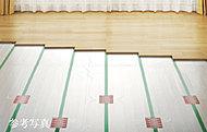足元からお部屋を温める電気式床暖房を標準装備。