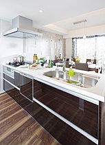デザイン性と機能性を兼ね備えた空間。日常の家事に彩りを加える開放感あふれるオープンカウンターキッチン。デザインだけでなく、お手入れや操作の易しい機能性にもこだわりました。