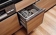 食器の片付けに便利な食器洗い乾燥機。スライド収納型なので、立ったままの姿で使えます。