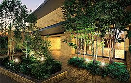 主賓を迎える、威儀ある佇まい。高級感のある落ち着いたエントランスは、訪れる人の心をどこか惹きつける魅力があります。美しい外壁と建物を彩る緑が、より存在感を演出するエントランスデザインです。