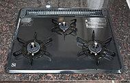 グリルの付いた三ツ口ガスコンロ。サッと拭くだけでお手入れできるホーロートップです。清潔さを保ちます。