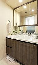 使いやすく美しい、機能的な洗面スペース。