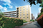 落ち着いたベージュを基調にカラーリングされた地上6階建て。陽光を反射させる硝子パネルに、濃いブラウンの柱やホワイトの水平ラインを組み込むことで、レジデンス街区における、存在感に満ちた景観にふさわしいファサードを表現。※1