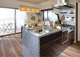 家族と交流できるキッチンは、機能美というテーマで。