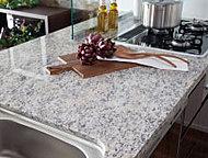 キッチンカウンタートップは、美しく品格のある天然石を使用。自然の素材ですので食材を加工する際でも安全です。