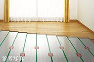 部屋全体を足元からやさしく暖める温水式の床暖房をリビング・ダイニングに標準装備。ホコリを巻き上げず、空気を汚さないため快適を保ちます。