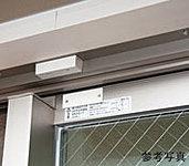 1階住戸に防犯センサーを設置。不審者の侵入を感知し、警報を発します。(玄関ドアと面格子の付くサッシを除く)