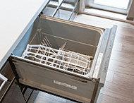スライド式フルオープンタイプで、食器の出し入れも便利なビルトイン食器洗い乾燥機を標準装備。洗浄力・使い勝手ともに優れた基本性能を備えています