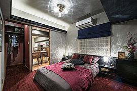 やすらぎに満ちた、とっておきのプライベート空間。静かな時間がゆったりと流れる主寝室。身を置くだけで心癒される、質感豊かな空間です。