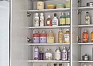 使い勝手の良い三面鏡付の洗面化粧台。鏡裏には、洗面用品類をすっきりと整理できる収納スペースを確保しています。