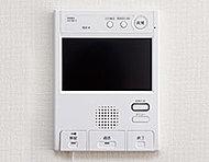 カラーモニターで来訪者の確認や、メッセージ録音ができるタッチパネル式のインターホンです。録画機能付。