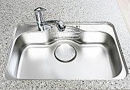 水はね音を軽減する静音シンク。フライパンや中華鍋などの大きな物も洗いやすいワイドサイズも魅力です。