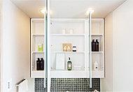 ワイドな三面鏡の裏側に収納スペースを確保。化粧品や歯ブラシなどの小物類だけでなく、シェーバーなども整理していただけます。