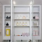 面鏡裏には洗面小物など豊富に収納できる収納スペースを確保しています。