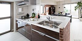 美しさと機能性を兼ね備えた、広々としたキッチン。家事効率をアップする機能性の高さ、料理をスムーズにする広さを確保した空間。明るく清潔感のある美しいキッチンで、料理をしながら、家族の会話も弾みます。