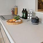 システムキッチンの天板には、清潔感・高級感に溢れ、お手入れも簡単な人造大理石を採用しました。