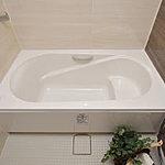 全身浴と半身浴ができる高い機能性と水道・光熱費を節約するエコ性能を両立させたエコベンチ浴槽を採用しています。