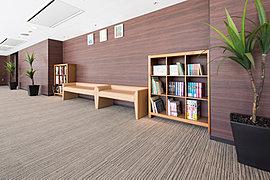 グランドガーデンを眺めながら読書を楽しめるスペースを設置。お好きな書籍や雑誌類を持ち込むことができます。