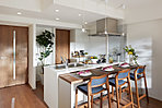 キッチンは、オープンな雰囲気の対面カウンタータイプにデザインし、カウンターテーブルとスツールを組み合わせました。