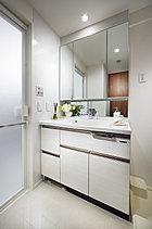 毎日使う快適さと同時に、魅せるインテリア空間としての美意識を求めたパウダールーム。モダンなデザインの水栓器具や洗面ボウルをコーディネートしました。