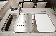 3層構造のシンクに対して3枚プレートを標準装備することで、効率的な調理が可能に。使用しない時はボックス内に収納できます。
