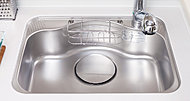 水はね音やスプーンなどの落下音を低減するために、シンク裏に制振材を貼った低騒音タイプのシンクを標準装備しました。