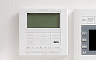 熱源器で使用したガスやお湯の使用量、電気の使用量、CO2削減量・使用金額の目安が確認できる給湯器リモコンです。