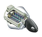 不正コピーがほぼ不可能で、ピッキングやカム送りなどの特殊な工具を用いる侵入手口に対して高い耐性を備えたディンプルシリンダーキーを採用。
