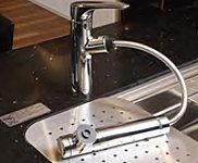 レバーひとつで水温、水量を簡単に調節できる浄水器一体型シャワー式混合水栓を採用しています。