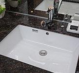 御影石(天然石)を使用した高級感のある洗面カウンター