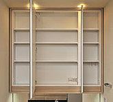 コスメ用品などがたっぷり整理・収納できる四方木製カマチ付鏡裏収納庫※一部、カラーセレクトによりカマチなしとなります。