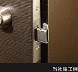 玄関ドアとドア枠の間に棒や薄板などを差し込んで、ドアロックをこじ開ける荒っぽい手口に対応。