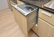 食器を温風で乾燥させる乾燥専用ファン付きで、低騒音設計、省エネ対応。