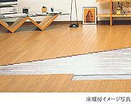 足元から穏やかに室内全体を暖め、室温を快適に保つ床暖房を採用。クリーンで心地良い室内環境を実現します。