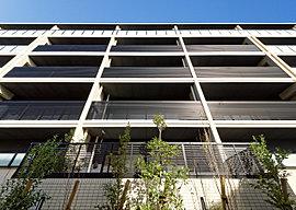 温かみのあるベージュを基調とした素材が街に優しく溶け込み爽やかさと軽やかさを表現。さらに垂直性のマリオンが誇らしい意匠性を加えています。北面・南面共に乳白ガラス手摺が採用されています。採光も確保されています。