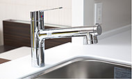 シンプルなスタイリングに機能満載。切替レバー操作で水の出方は4通り。ホースも引き出せます。