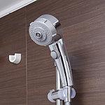 浴室のシャワーは、手元のボタンを押すだけでて簡単に止水・吐水が行える節水タイプを採用しています。