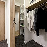 居室と廊下の2方向から出入りできる、収納力が豊富なマルチクロゼット。※一部タイプ除く