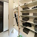 たくさんの靴をすっきり収納できるトールタイプの大容量シューズボックス。