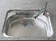 大きな中華鍋も洗える余裕サイズのシンクは、水跳ね音を抑える静音仕様です。