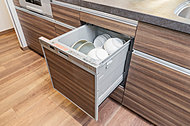 油汚れもしっかりと落とす洗浄力。食器を入れたらスイッチ一つで乾燥までが全自動です。
