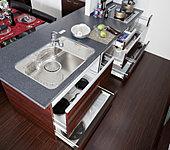 カウンター下の収納はスライド収納となっており、キッチン用品の収納に大変便利です。