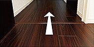 住戸内でのつまずき事故を防ぐために、居室間の床は段差をなくしたフラットフロアとしました。※建具の下には床見切が入ります。