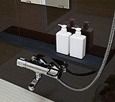 入浴時に小物が置ける、便利なカウンターを設けました。洗い場の邪魔にならないシンプルな設計です。