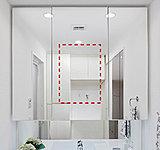 中央の鏡はくもり止めヒーター付き。お湯を使用し、熱と湿気に包まれた時でも、スイッチをいれればスッキリくもりがとれます。