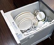 ビルトインタイプの食器洗浄乾燥機を標準装備。日々の食事のお片付けが楽になります。