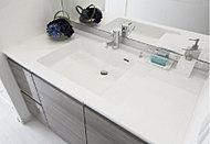 洗面ボウル内に濡れたコップや石けんなどを置けるステップ付で、汚れが付きにくい有機ガラス系の新素材を使用したカウンターです。