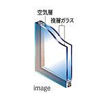 2枚のガラスの間にある空気層が、一枚ガラスの約1.8倍(メーカー性能値)の断熱性能を発揮し、窓から逃げる暖房熱の量を減らし、暖房負荷を軽減
