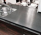 高級感が漂う、耐久性・防汚性に優れた、人造大理石のキッチンカウンターです。